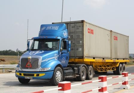 Công ty sản xuất kinh doanh hàng hóa có phải làm thủ tục cấp phù hiệu cho xe tải không?